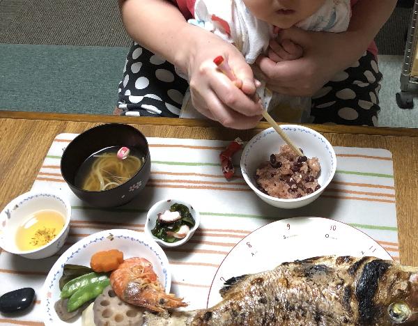 お食い初めで食べマネする赤ちゃん